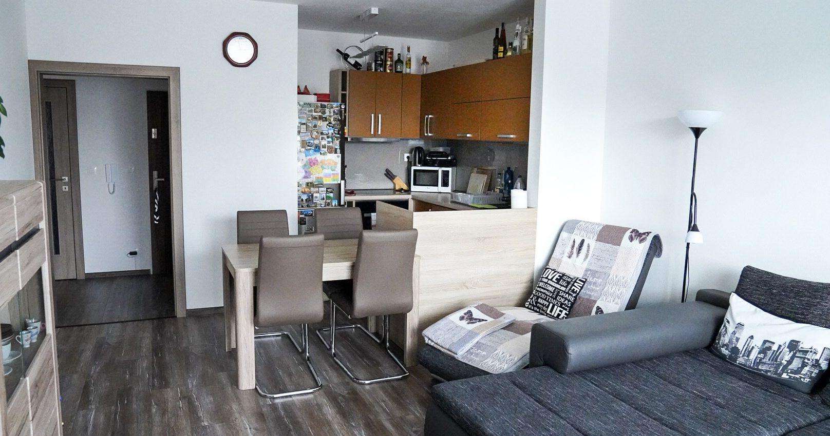 tehlová novostavba 3 izbového bytu s balkónom a park. miestom